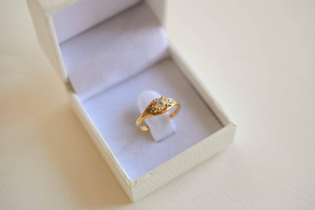 טבעת זהב ממוחזר ויהלומים נטולי קונפליקט