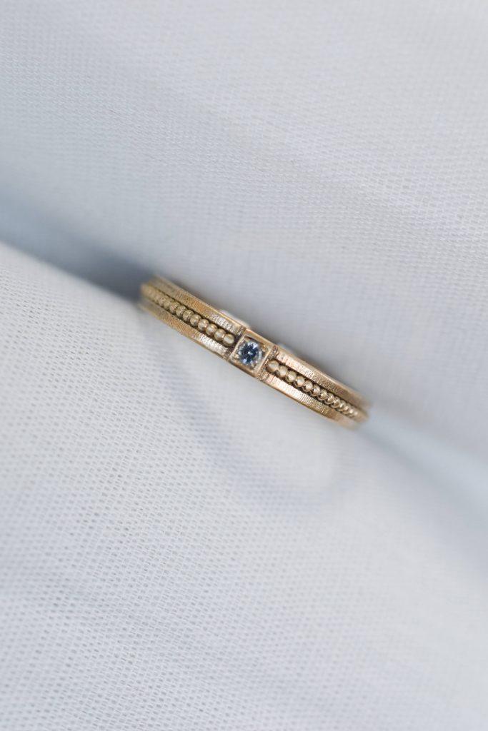 טבעת נישואין זהב טקסטורה עם אבן חן